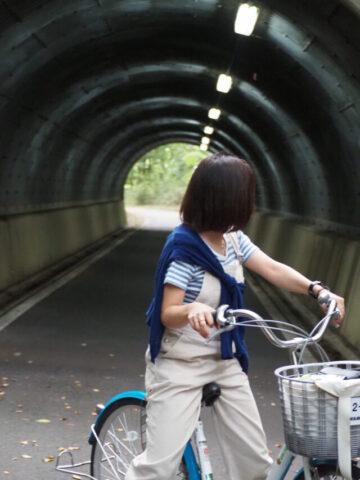 国営武蔵丘陵森林公園をサイクリングしている様子